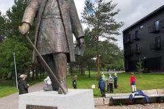 Symbolinmetsästäjiä Hannu Krankan patsaalla